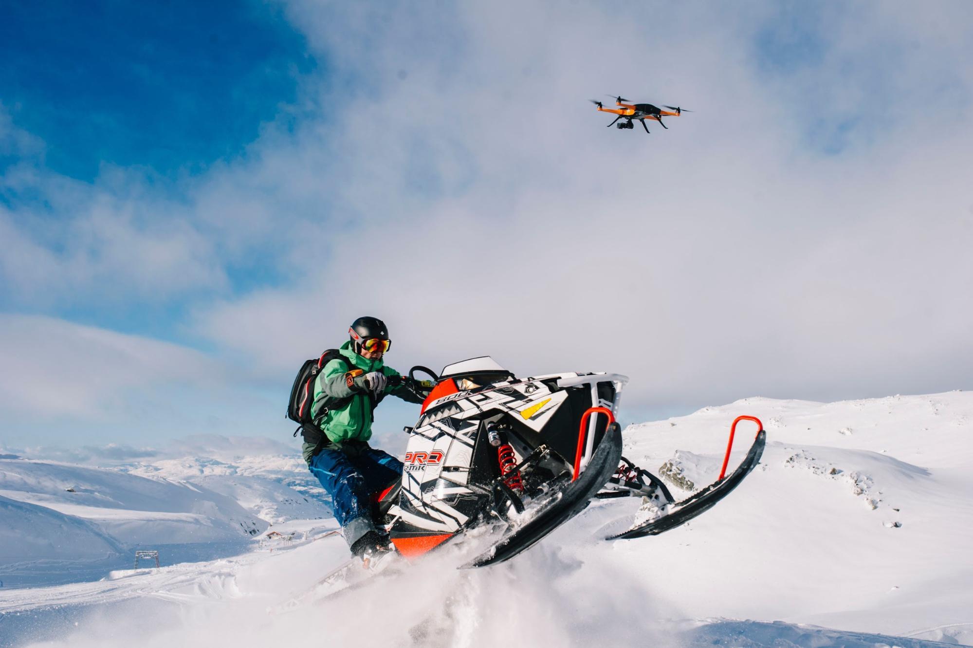 Drone Staaker suivant une motoneige