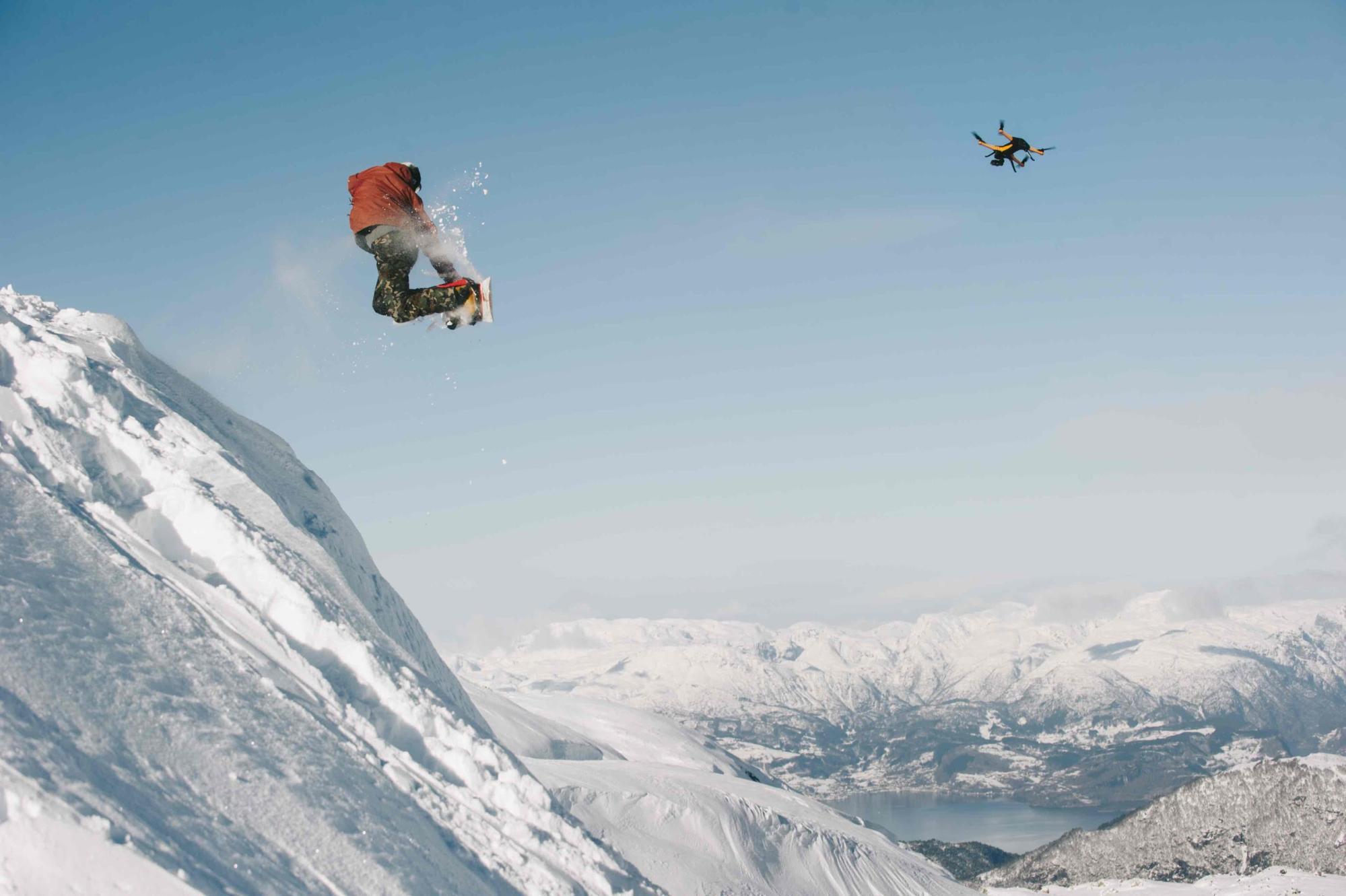 Drone Staaker suivant un snowboarder