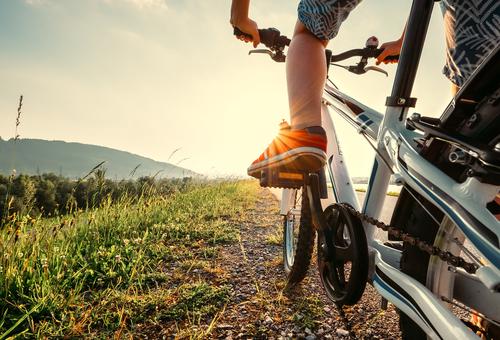 Pieds d'un garçon sur les pédales d'un vélo