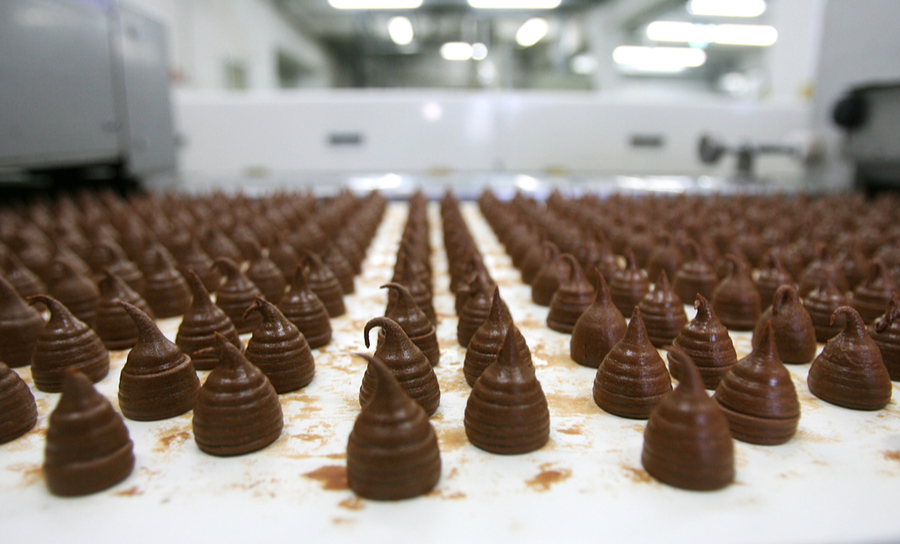 Rangées de chocolat dans une usine