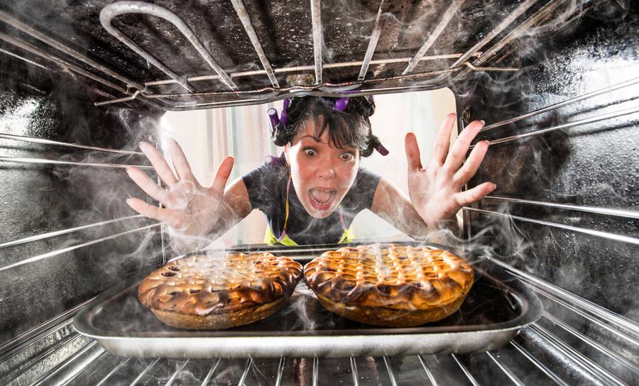 オーブンの中で焦げているケーキ