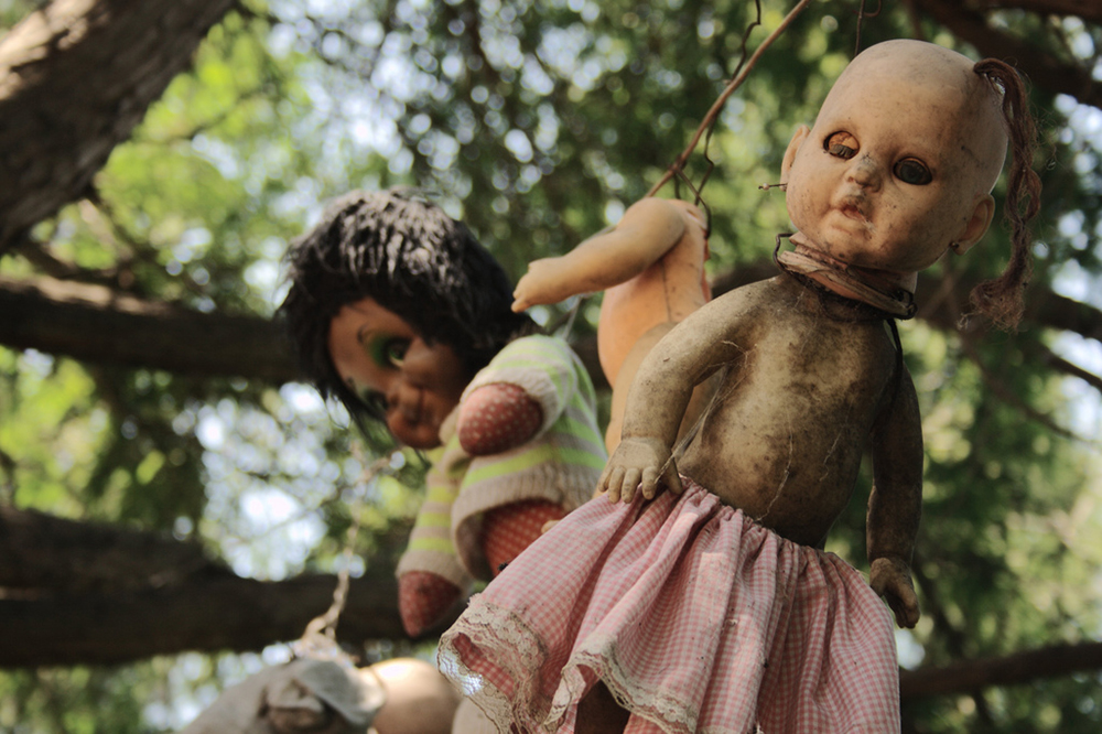 Headless and eyeless dolls hanging from trees | Photo Credit: esparta/Flickr