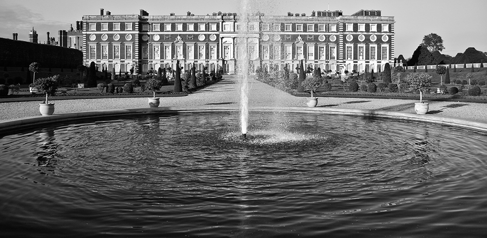Large fountain at Hampton Court Palace | Photo Credit: garyullah/Flickr