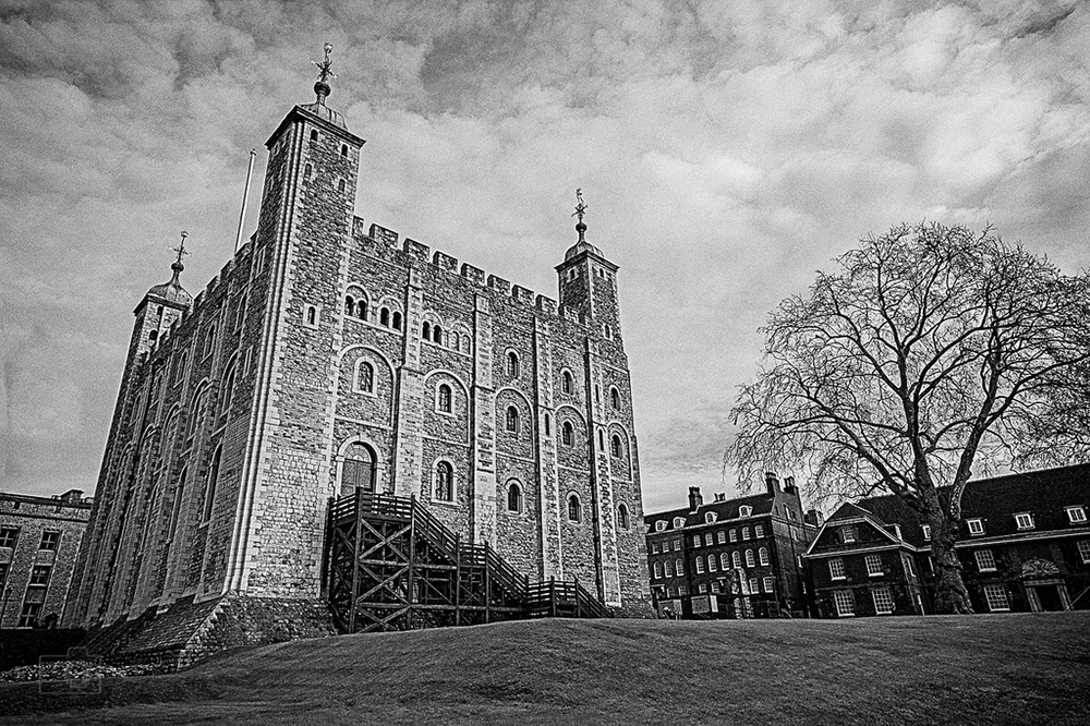 Black & white photo of the White Tower at the Tower of London   Photo Credit: th_hansen/Flickr