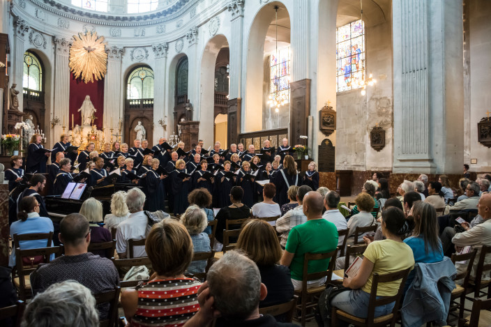 Choir performing in Notre-Dame-des-Blancs-Manteaux in front of audience