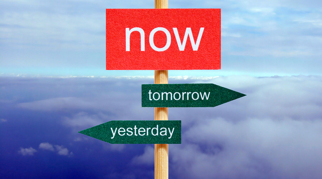 Signpost with the word now at the top, an arrow toward the right pointing toward tomorrow and an arrow toward the left pointing toward yesterday.