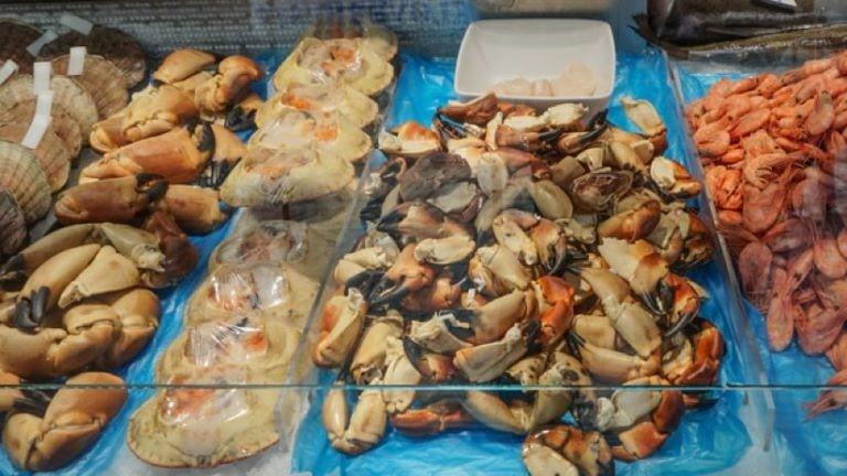 Photo de quatre rangées de fruits de mer en vente dans un marché