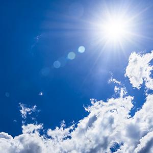 raggi del sole nel cielo blu