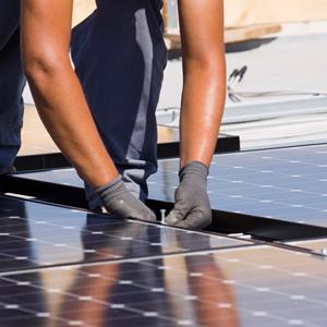 installatore accanto ai pannelli solari