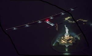 Solar Impulse 2 sorvola la Statua della Libertà