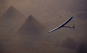 Solar Impulse 2 sorvola le piramidi egiziane