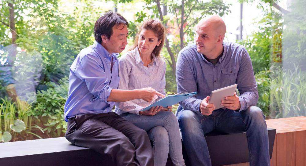 tre persone in cerca di un contratto
