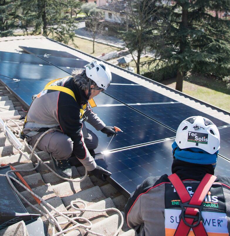 lavoratori che installano pannelli solari su un tetto