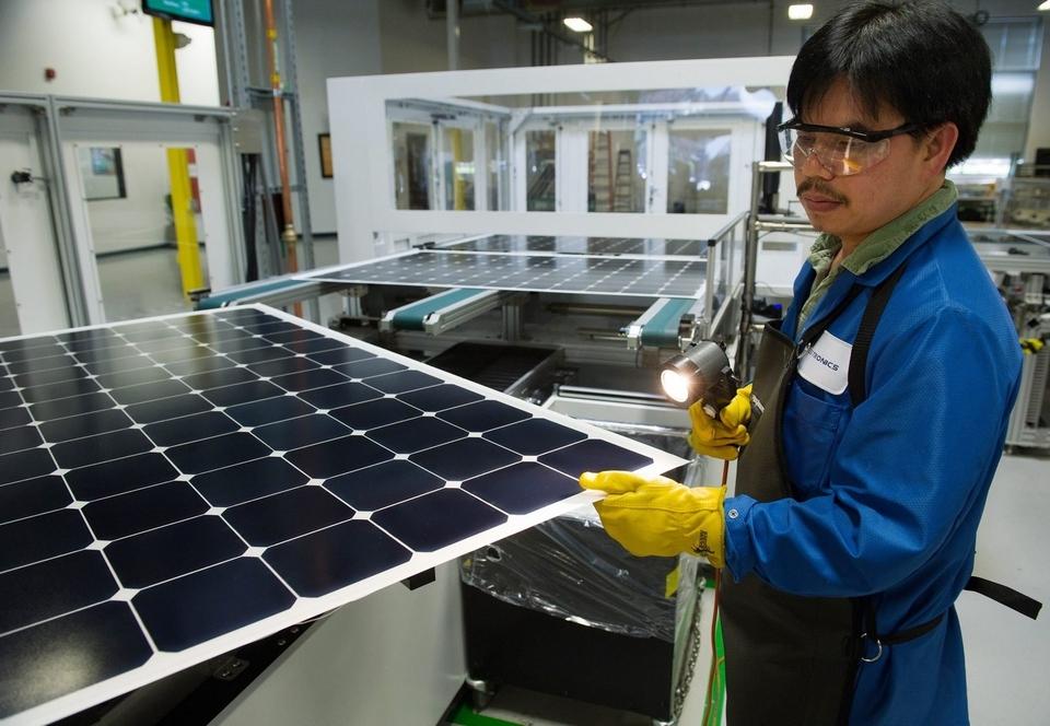 addetto alla produzione di pannelli solari