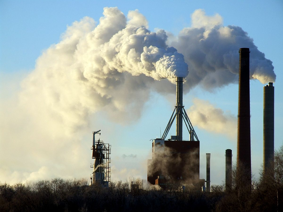 fabbriche che emettono pennacchi di fumo tossico