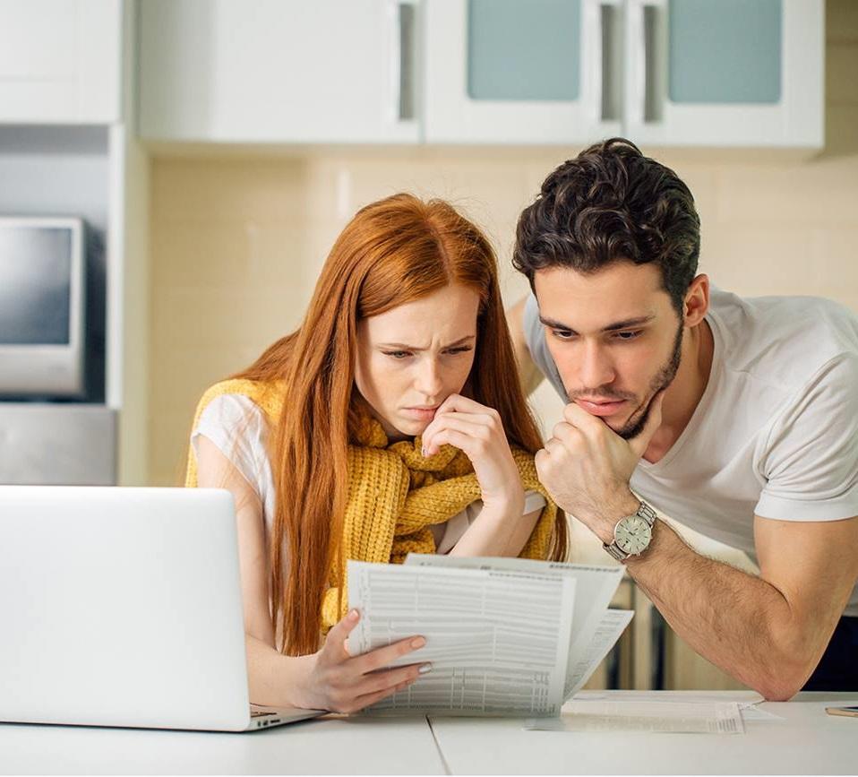 coppia guardando una bolletta energetica