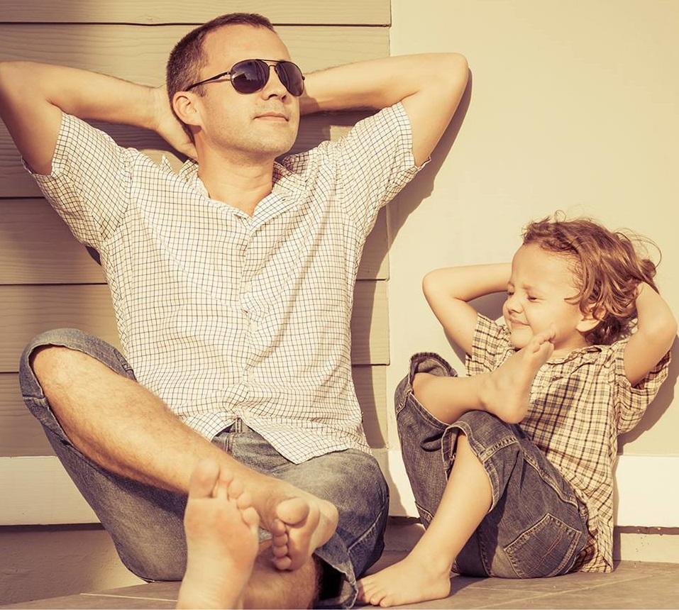 padre e figlio che si rilassano al sole