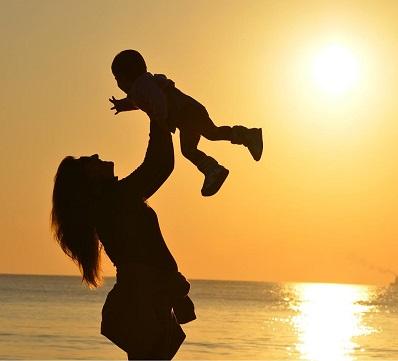 madre alzando il suo bambino