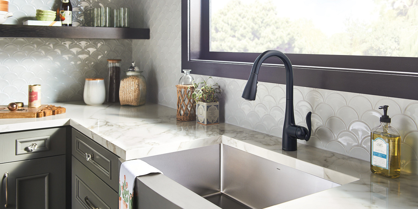 Matte black accents for a minimal and modern kitchen design