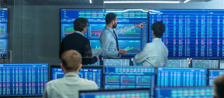 Une salle avec des nombreux écrans démontrant différentes statistiques.