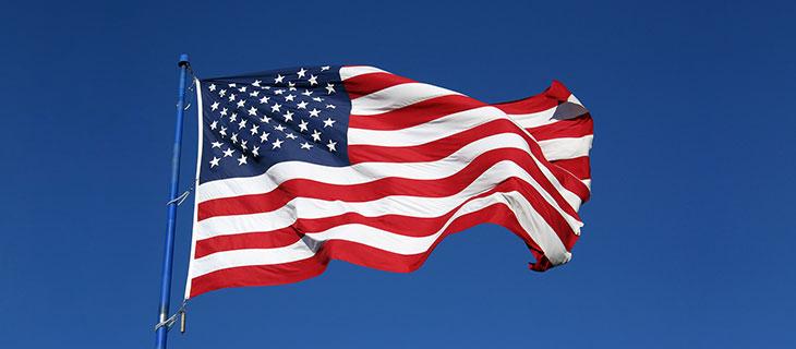 Le drapeau des Etats-Unis qui flotte dans le vent.