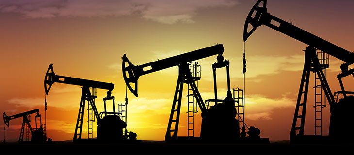 Une plate-forme pétrolière au coucher du soleil.