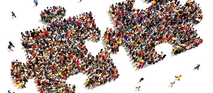 Une grande quantité de personnes formant deux morceau de casse-tête.