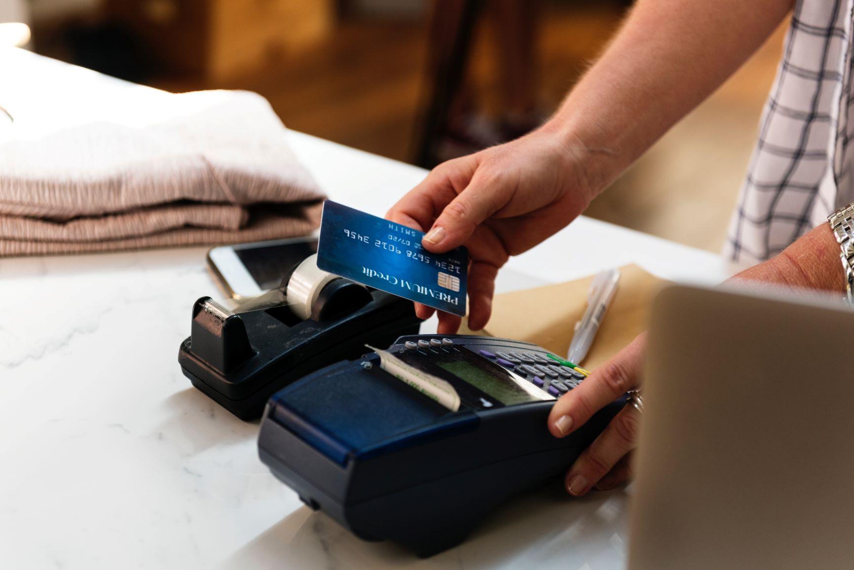 Un homme utilise sa carte bancaire pour une transaction.