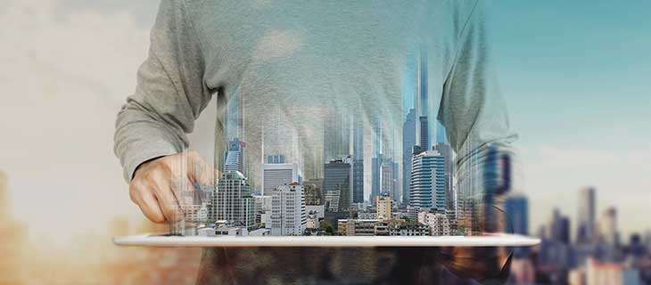 Un homme qui tient un modèle d'affichage architectural d'une ville.
