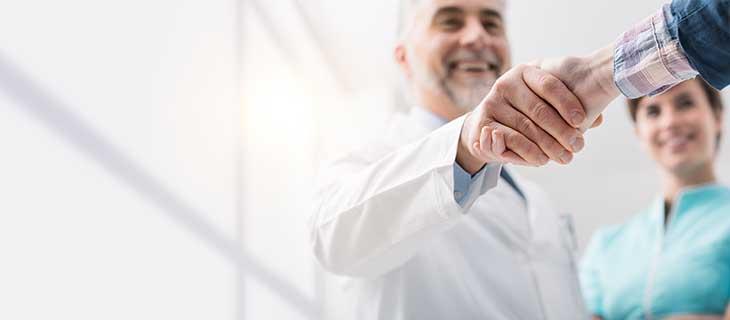 Médecin serrant la main d'un homme.