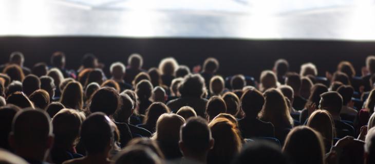 Une image arrière d'une foule dans un cinéma.