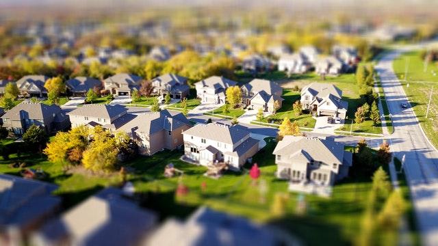 Vue de dessue d'un rue rural, démontrant les maisons and terrains.