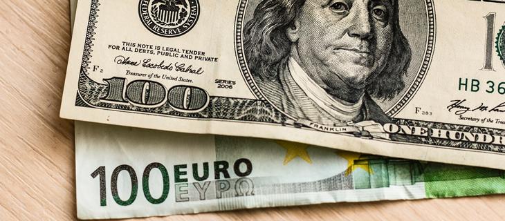 Un billet de cent dollars en argent américain et européen.