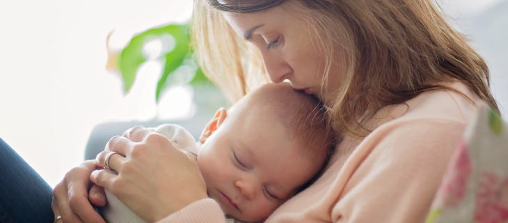 Une maman en train de donnait un calant à son nouveau née.
