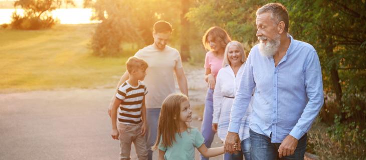 Toute une famille se promène à l'extérieur.