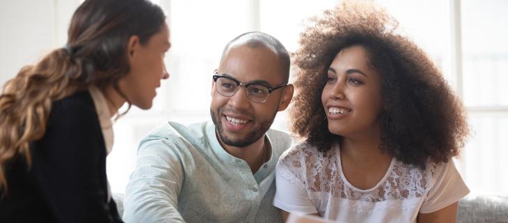 Un jeune couple discutent avec un professionnel.