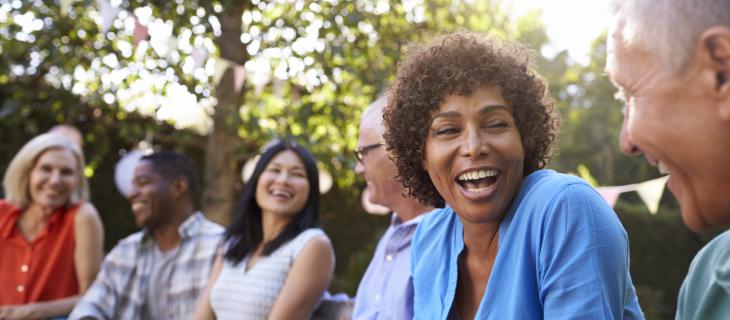 Une groupe de personnes souriantes à l'extérieur.