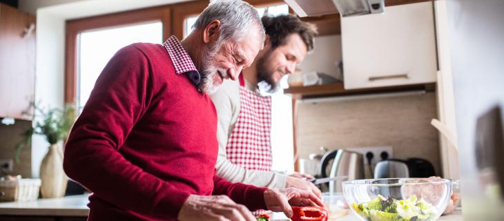 Un père parlant avec son fils dans la cuisine.