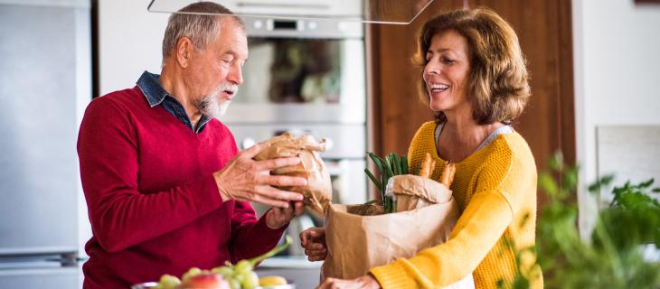 Homme et femme mature, entrain de serrez leurs épiceries.