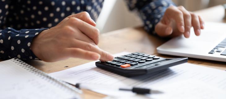 Etudiant utilisant une calculatrice pour ses travaux.