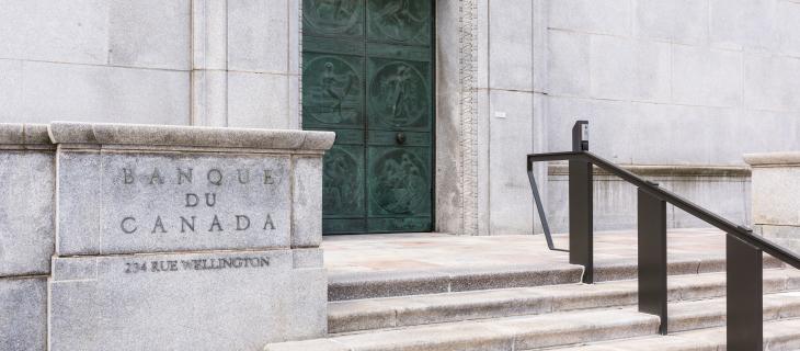 Escaliers montant a une porte verte avec Banque du Canada graver dans le mur devant.
