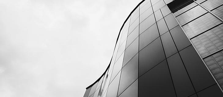 Un édifice noir en verre.