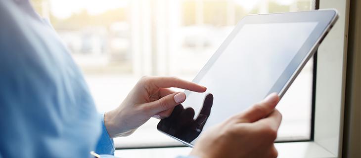 Une femme utilisant une tablette tactile.