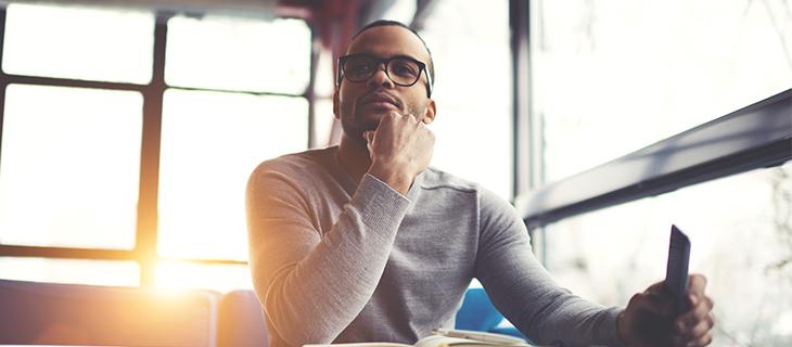 Homme songeur avec des lunettes