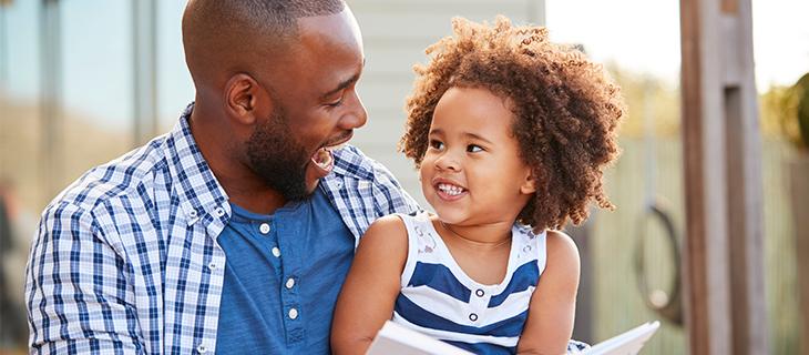 Un père qui fait des grimaces a son petit enfant.