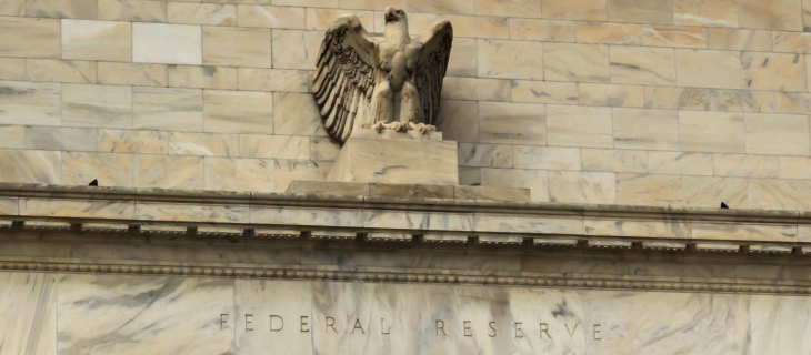 Une statue d'un aigle blanc sur le mur de la réserve fédérale des Etats-Unis.