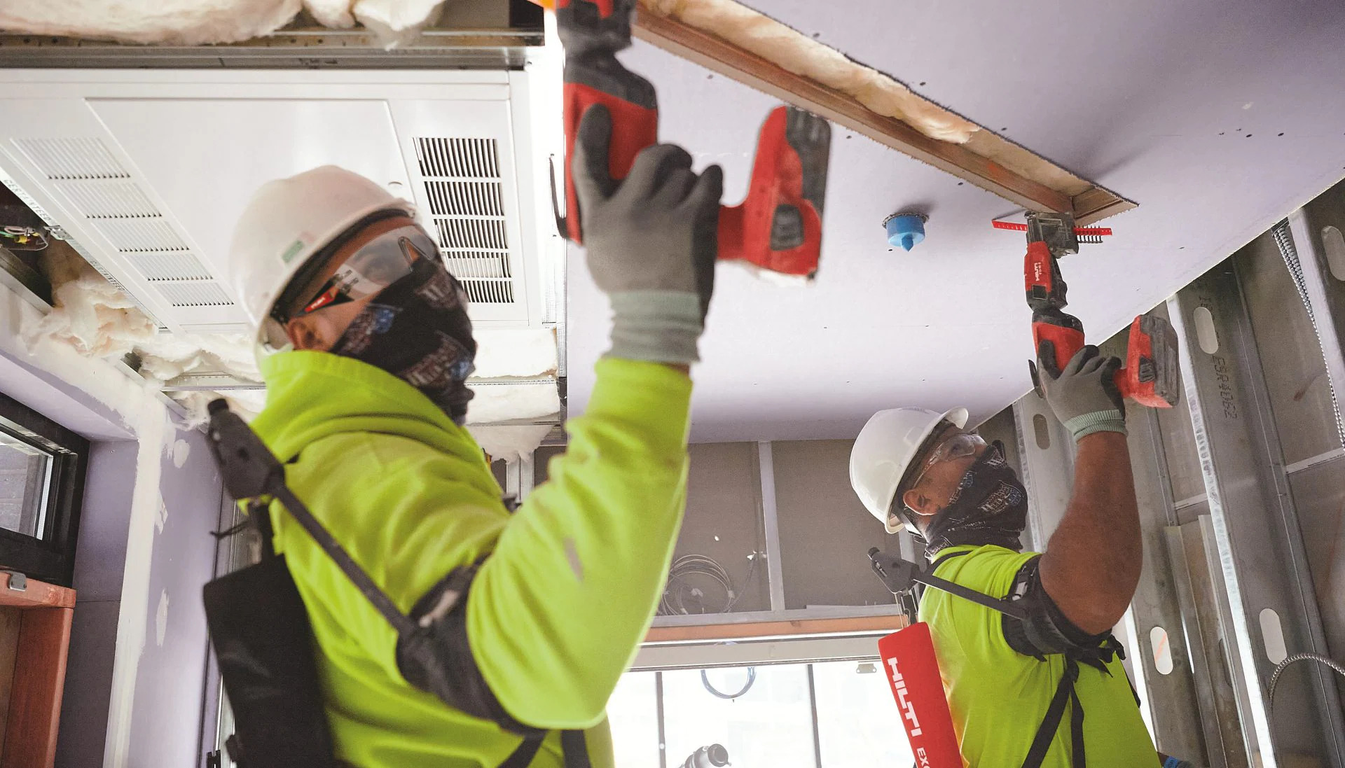 construction workers use EXO-O1 OVERHEAD EXOSKELETON to mount in the ceiling