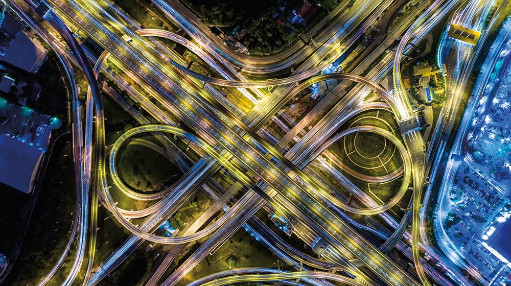 vue aérienne de nuit d'une rue