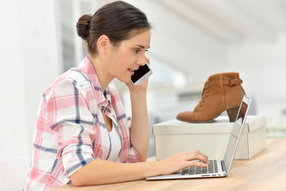Shutterstock_338703881 Jeune femme commandant des chaussures sur Internet