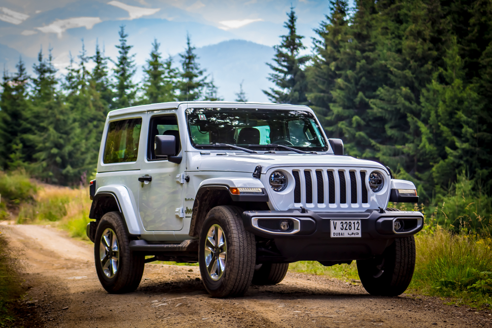 Shutterstock_1144561061 Spielberg / Austria - 07/17/2018: The 2019 Jeep Wrangler JL Sahara off-road with mountains in the background
